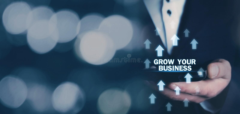 A terra arrendada do homem cresce suas palavras do negócio com setas do crescimento foto de stock royalty free