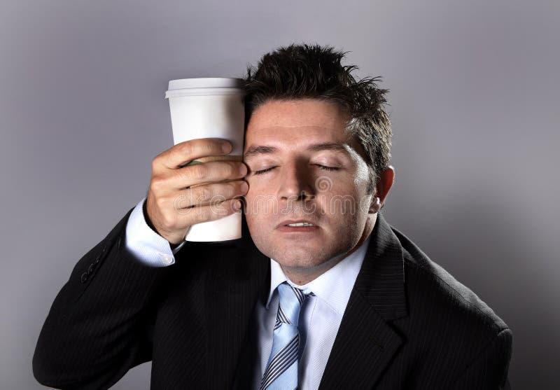 A terra arrendada sonolento do homem de negócios do viciado leva embora o café no apego da cafeína imagens de stock royalty free