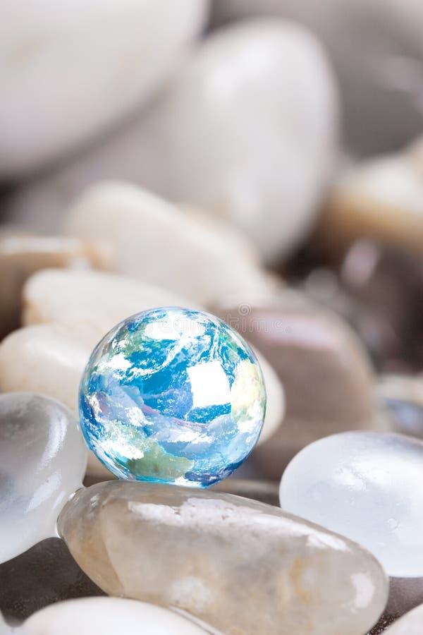 Terra blu con le pietre di vetro fotografia stock
