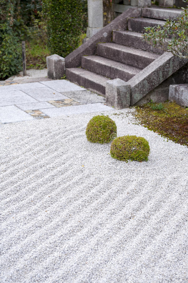 Terra coberta com o cascalho em um jardim de rocha japonês ou no jardim do zen foto de stock royalty free