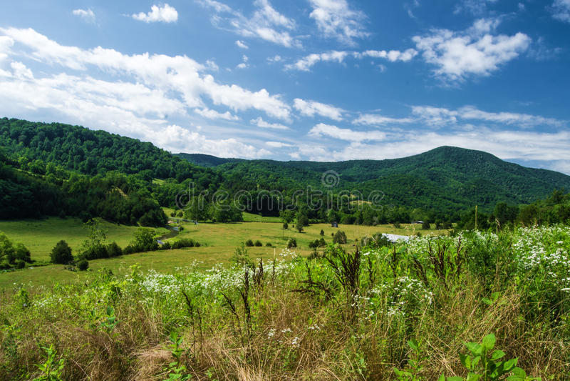 Terra com montanhas imagem de stock royalty free