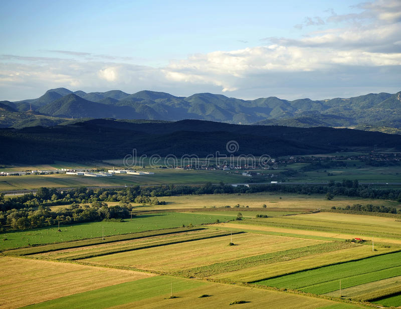 Terra cultivada em uma paisagem rural imagens de stock royalty free
