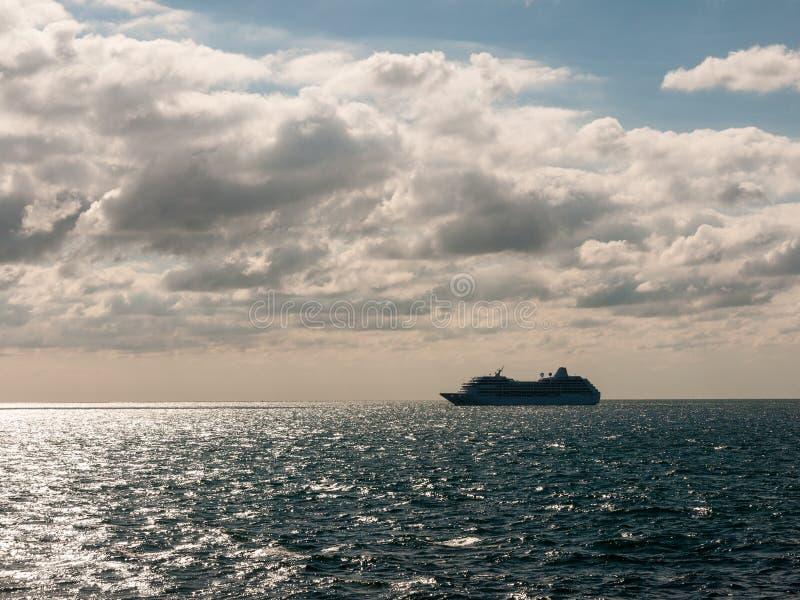 terra da natureza das nuvens do transporte do transporte do barco do oceano azul aberto grande imagem de stock