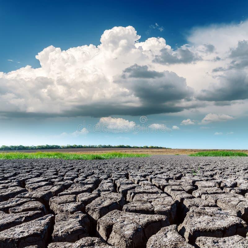Terra da seca e baixas nuvens no céu azul foto de stock royalty free
