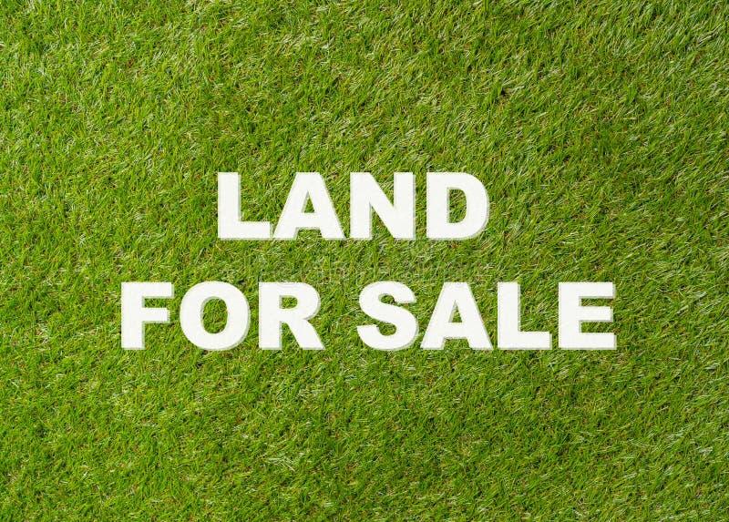 Terra da vendere il testo scritto sull'immagine concettuale dell'erba verde dell'investimento della proprietà e del bene immobile immagini stock libere da diritti