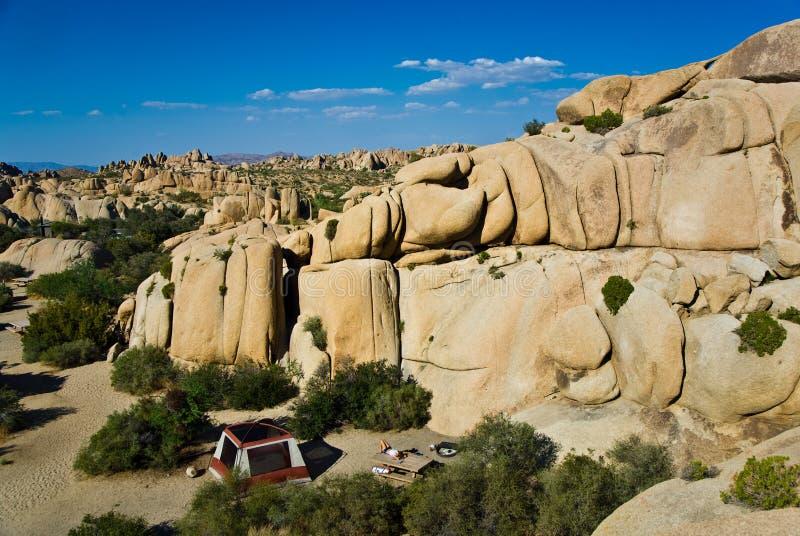 Terra de acampamento dentro das rochas cénicos fotografia de stock royalty free