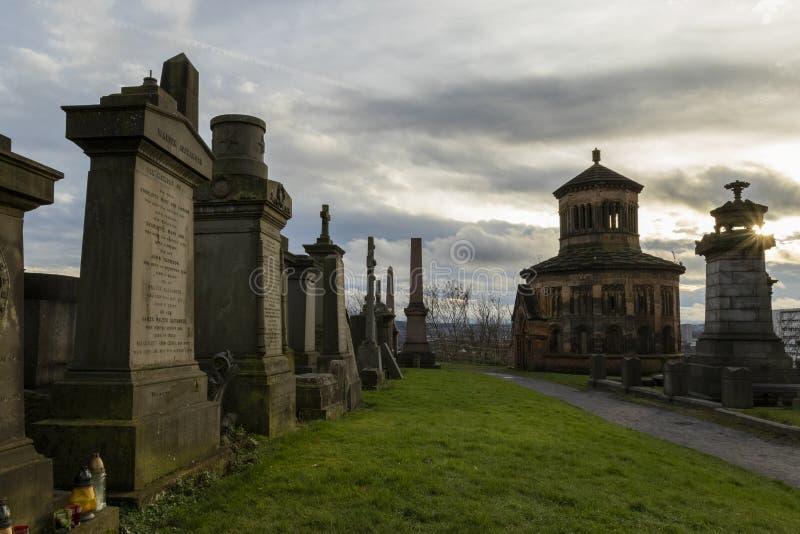 Terra de enterro de Glasgow Necropolis com um sunburst através do monumento fotos de stock royalty free