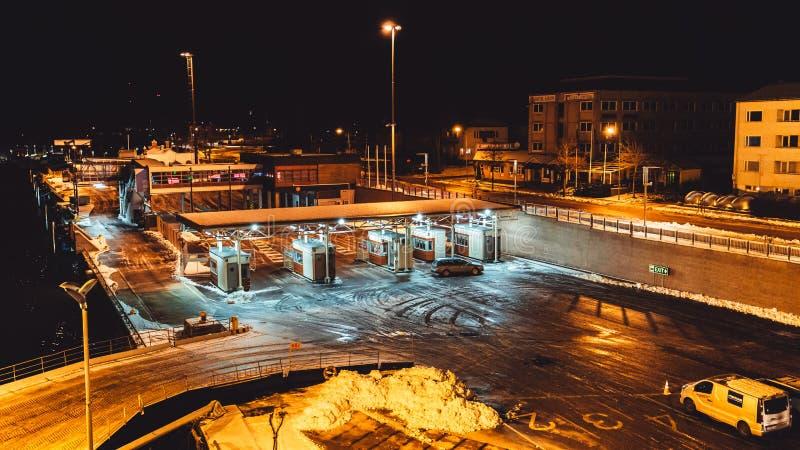 Terra de Mariehamn Ã…, porto em uma noite do inverno com alguns carros que esperam a balsa fotografia de stock