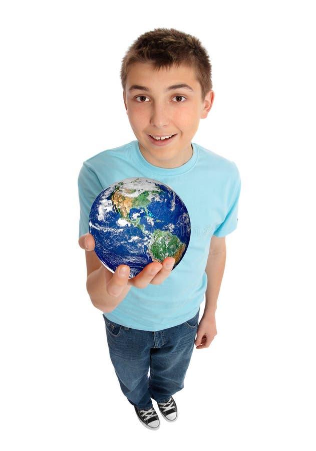 Terra del pianeta della holding del ragazzo fotografie stock libere da diritti