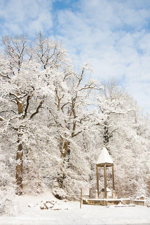 Terra di meraviglia di inverno - monumento romano immagini stock