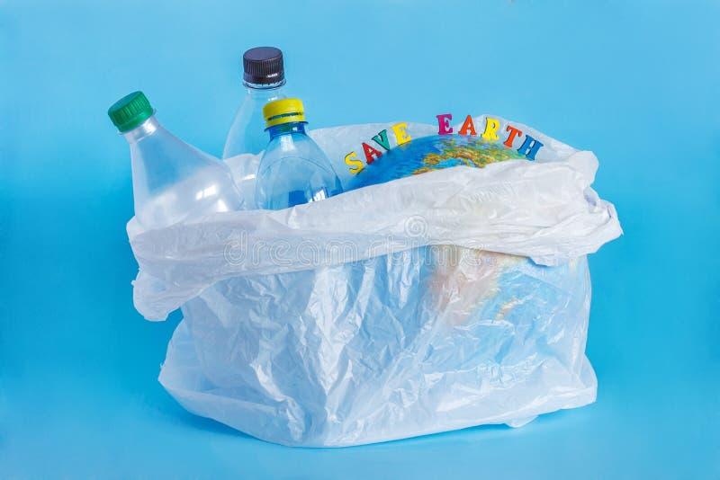 TERRA di RISPARMI dell'iscrizione, bottiglie di plastica, terra astratta nel polye fotografia stock libera da diritti