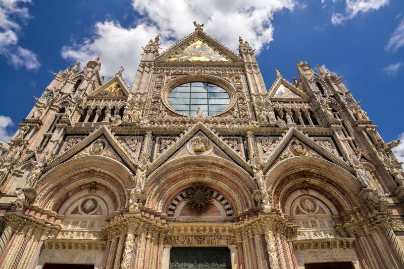 TERRA DI SIENA, TUSCANY/ITALY - 18 MAGGIO: Facciata della cattedrale in Sien immagini stock