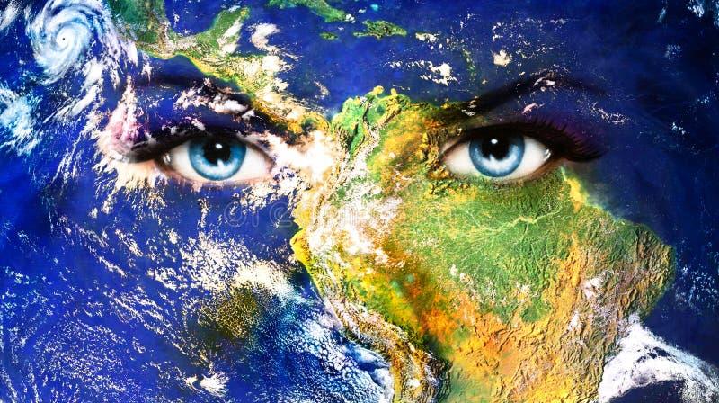 Terra do planeta e olho humano azul com composição violeta e cor-de-rosa do dia pintura do olho da mulher fotos de stock royalty free