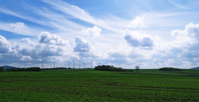 Terra e generatori eolici tedeschi dell'azienda agricola fotografie stock