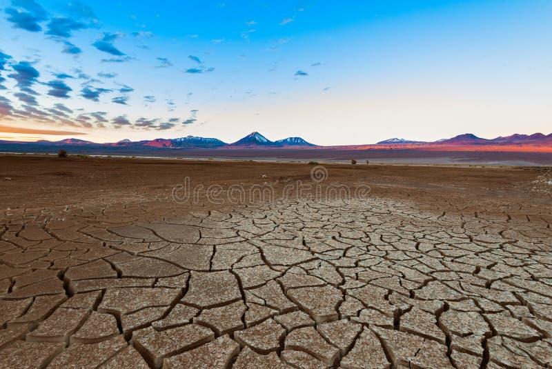 Terra e vulcão rachados de Licancabur no deserto de Atacama no Chile imagens de stock royalty free