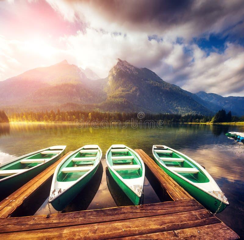 Terra famosa de Berchtesgadener do parque nacional do recurso do lugar, Hintersee, cumes bávaros europa Carpathian, Ucrânia, Euro imagem de stock
