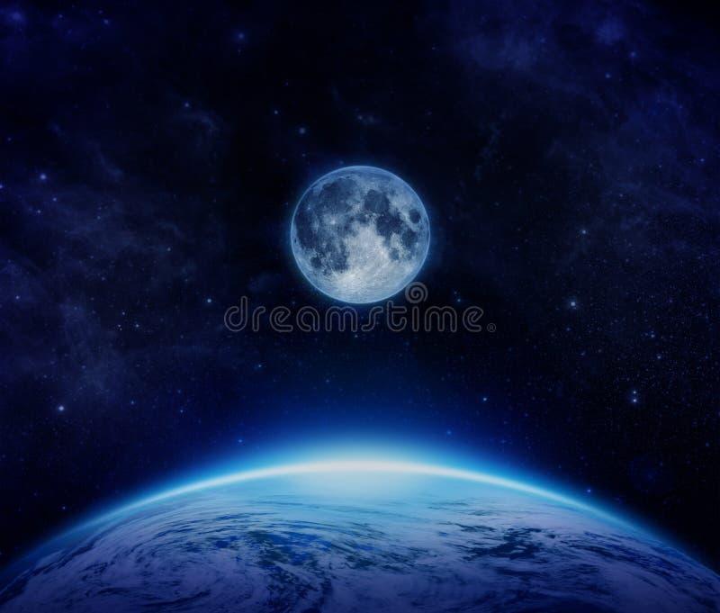 Terra, lua e estrelas azuis do planeta do espaço no céu ilustração do vetor