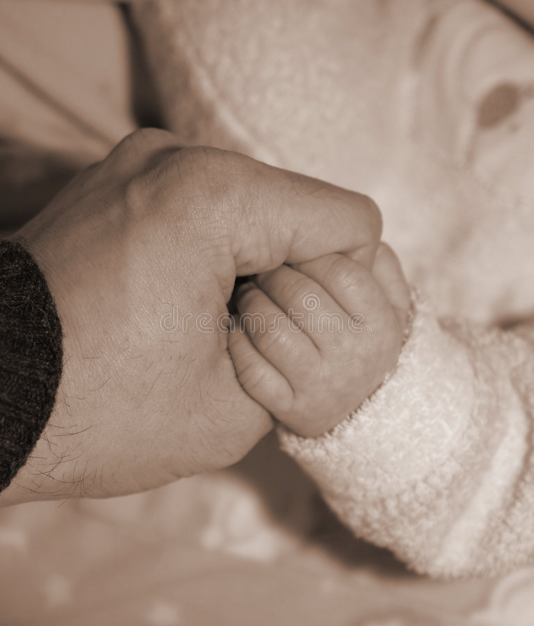 Terra-Mãos do Pai-e-Filho em um ato do amor fotos de stock royalty free