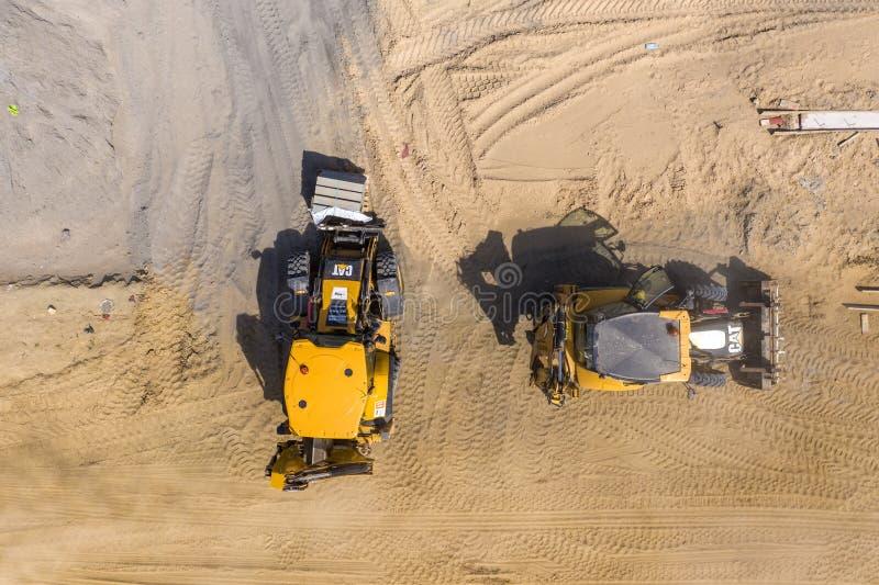 Terra muoventesi e scarico dell'escavatore del caricatore del camion industriale fotografia stock