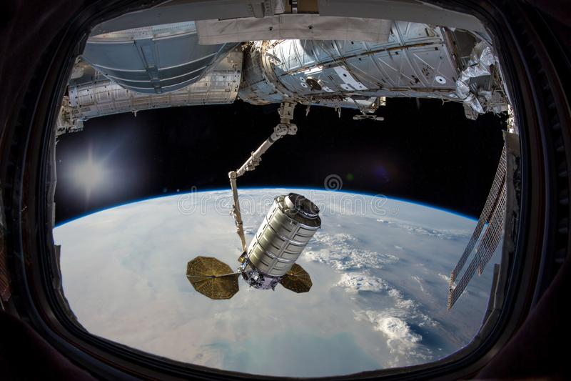 Terra na vigia da janela da nave espacial Nuvens de tempestade da poeira fotos de stock royalty free
