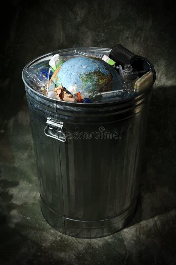 Terra no balde do lixo imagens de stock