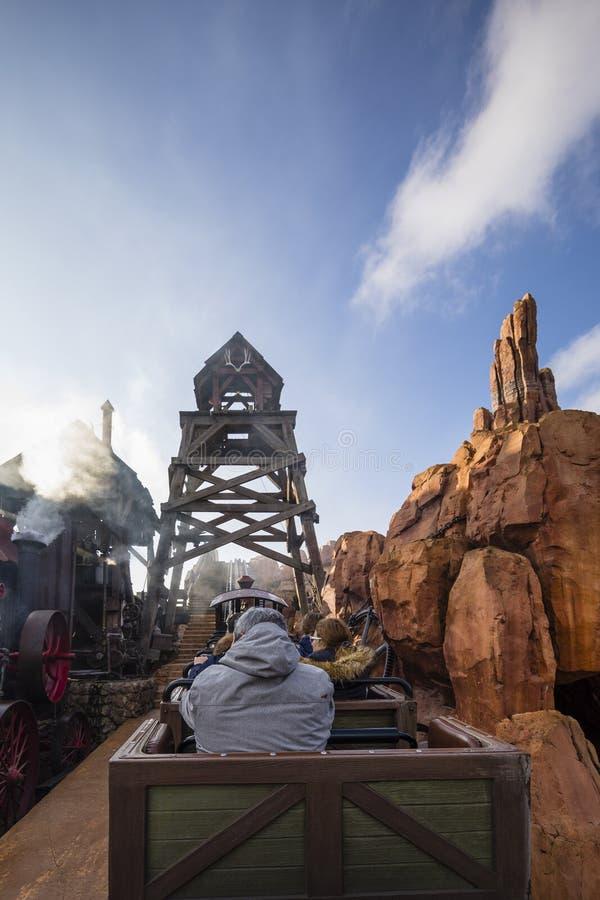 Terra Paris de Disney, França, em novembro de 2018: Estrada de ferro grande de Moutain do trovão foto de stock royalty free