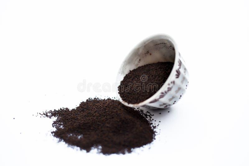 A terra pulverizou finamente as folhas de ch? secadas de Assam com as folhas da hortel? ou da pastilha de hortel? em uma bacia is fotos de stock