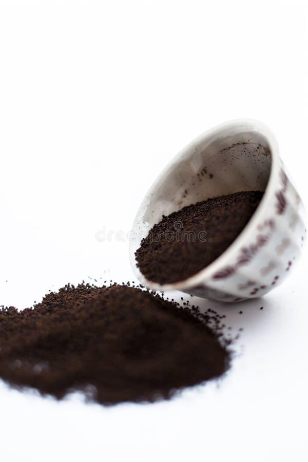 A terra pulverizou finamente as folhas de ch? secadas de Assam com as folhas da hortel? ou da pastilha de hortel? em uma bacia is fotografia de stock