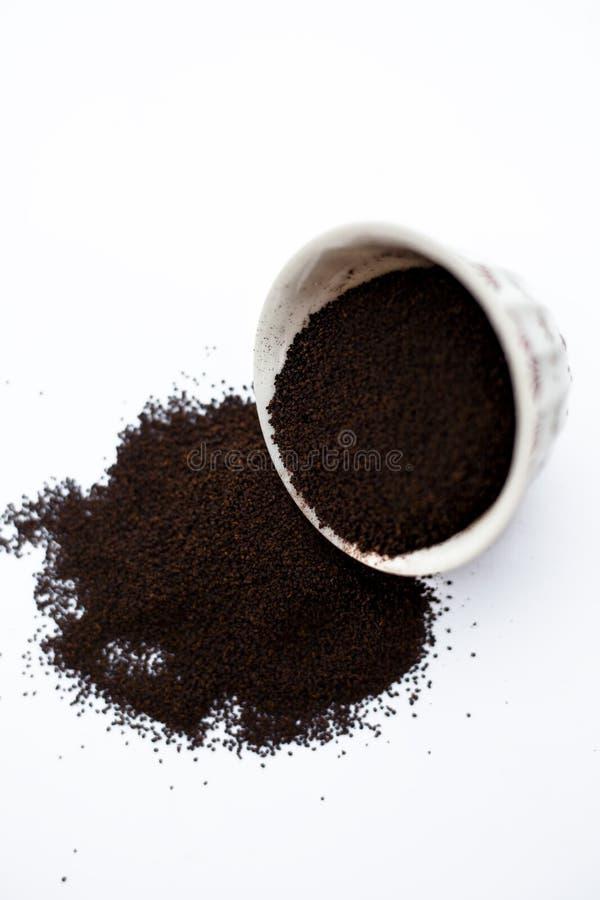 A terra pulverizou finamente as folhas de ch? secadas de Assam com as folhas da hortel? ou da pastilha de hortel? em uma bacia is foto de stock royalty free