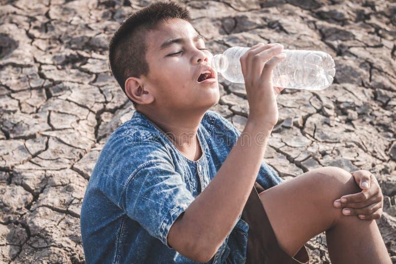 A terra seca rachada devido à seca fotografia de stock