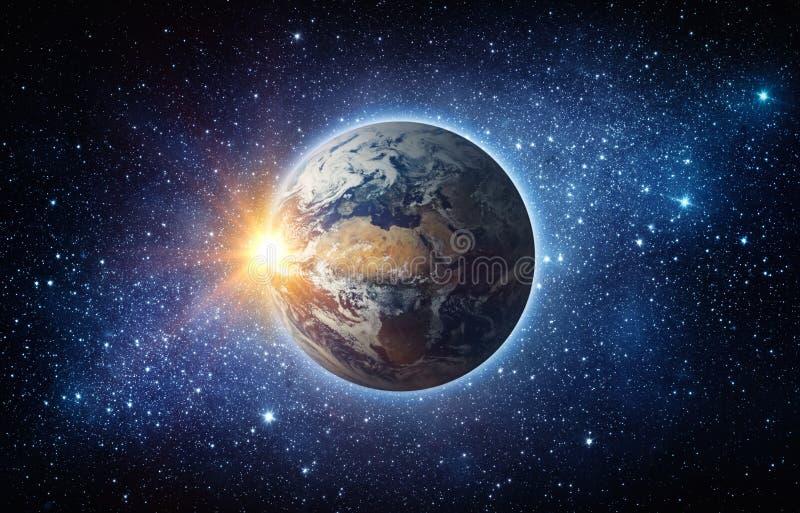 Terra, sol, estrela e galáxia Nascer do sol sobre a terra do planeta, vista para fotografia de stock royalty free