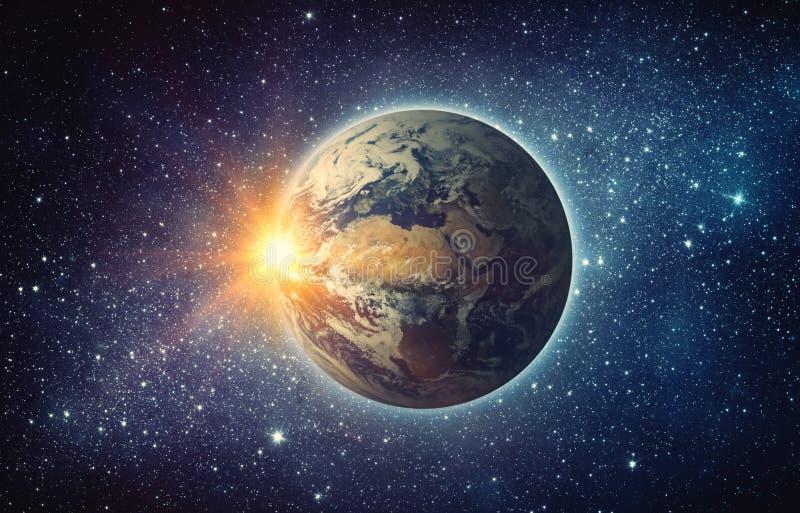 Terra, sol, estrela e galáxia Nascer do sol sobre a terra do planeta, vista para foto de stock