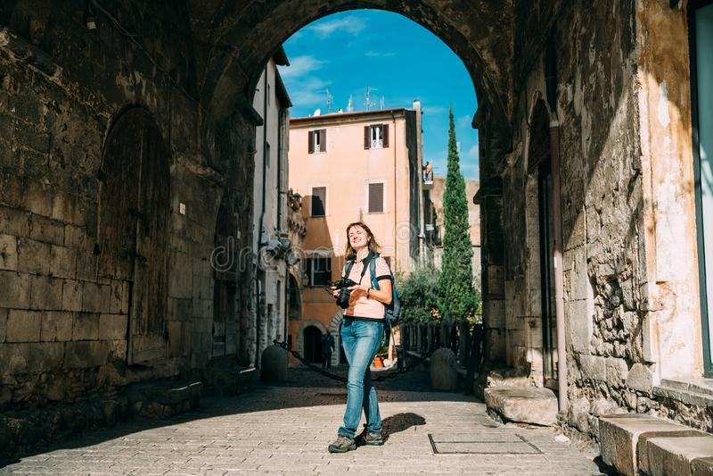 Terracina, Ιταλία Νέα καυκάσια γυναίκα που παίρνει τις φωτογραφίες σε γοτθικό Palazzo Venditti στοκ φωτογραφία με δικαίωμα ελεύθερης χρήσης