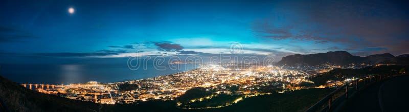 Terracina, Italië Hoogste Cityscape van de Weergevenhorizon Stad in de Verlichting van de Avondnacht Panorama, Panorama stock afbeeldingen