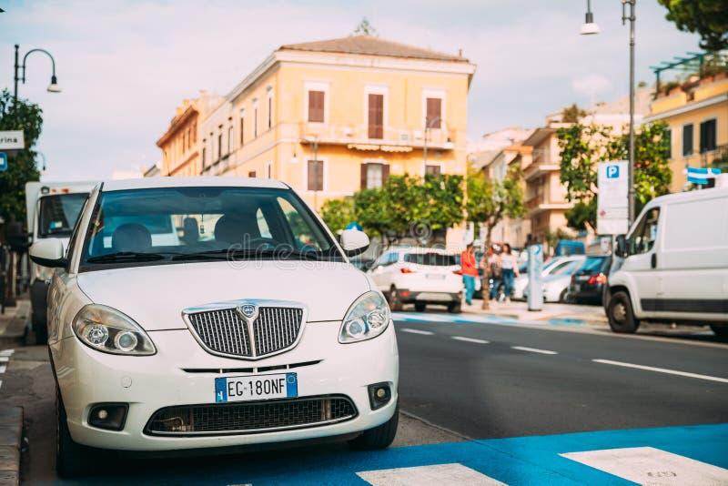 Terracina, Italië Witte die Kleur Lancia Ypsilon 843 Faceliftauto van Tweede Generatie op Straat wordt geparkeerd stock foto's