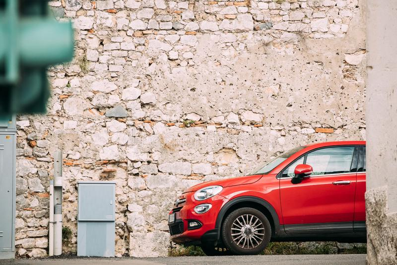Terracina, Italie Fiat 500X de couleur rouge parking sur le vieux mur de fond photo libre de droits