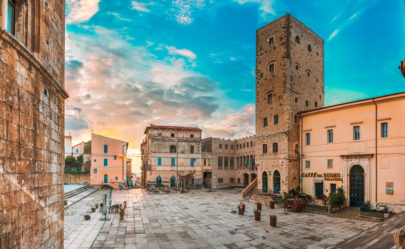 Terracina, Italie - 16 octobre 2018 : Tour de cathédrale de San Cesareo And Town Hall In Sunny Day images libres de droits