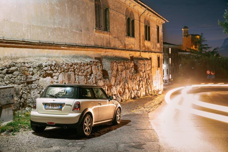 Terracina, Włochy Biały koloru lągu liftingu twarzy Mini Cooper R56 samochód Parkujący Na tło kasztelu Castello Frangipane Wewnąt zdjęcia royalty free
