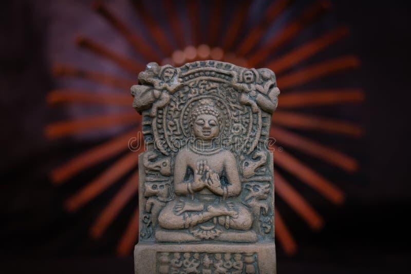 Terracota Buda de Sarnath, Varanasi, la India; un gran profesor del universo imagen de archivo