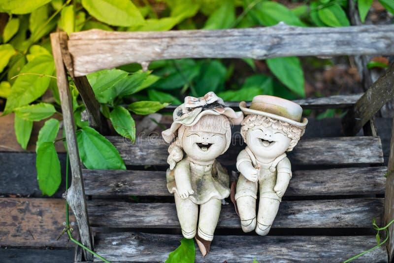 Terracottapop, in de tuin stock afbeeldingen