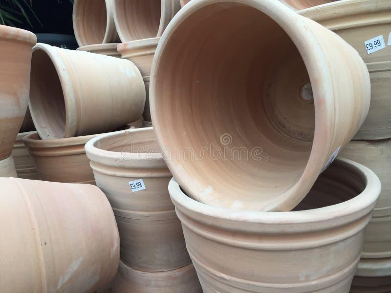 Terracottapotten op bovenkant in tuin worden of worden opgestapeld gestapeld die stock foto's