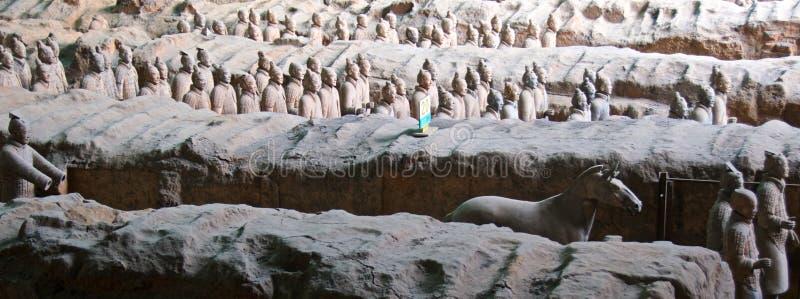 Terracottastrijders die in museum in Xian, China worden opgesteld stock foto