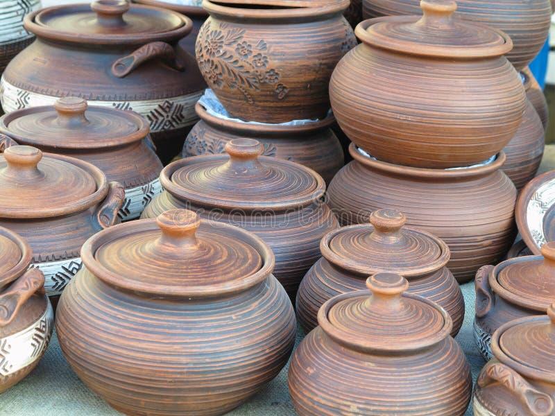 Terraglie ceramiche fatte a mano di marrone dell'argilla, ricordi all'artigianato marzo fotografia stock libera da diritti