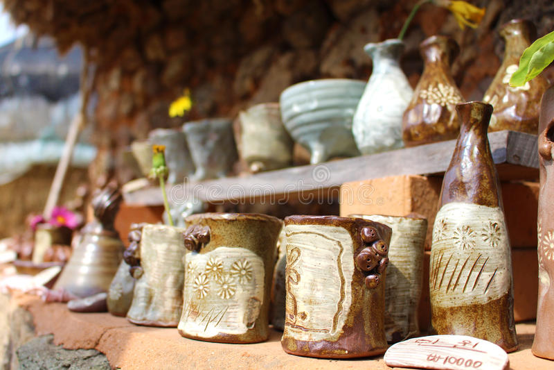 Terraglie coreane casalinghe allineate per la vendita immagini stock