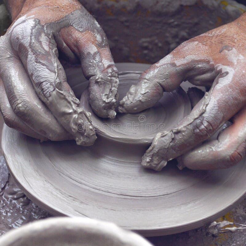 Terraglie della ruota di mani del vasaio fotografie stock libere da diritti