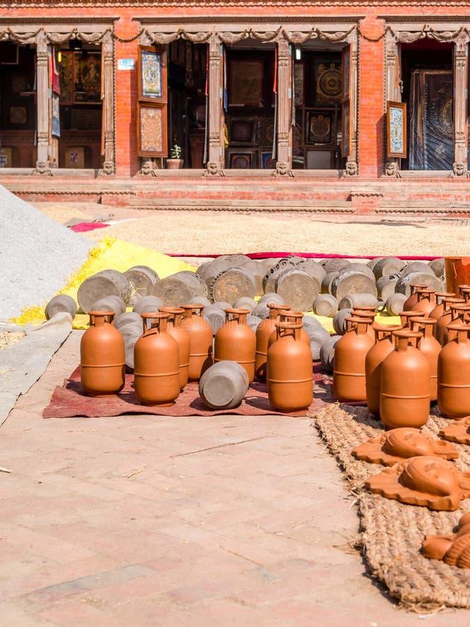Terraglie Handcrafted che si asciugano al sole, Bhaktapur immagini stock libere da diritti