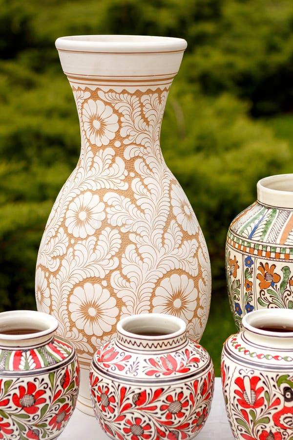 Terraglie tradizionali dalla Romania - modelli floreali immagini stock libere da diritti