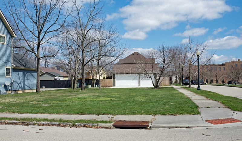 Terrain d'angle urbain vide de voisinage photos stock
