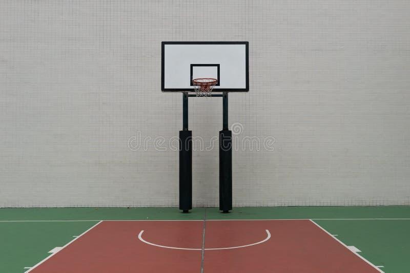 Terrain de basket et cercle urbains de rue photo stock