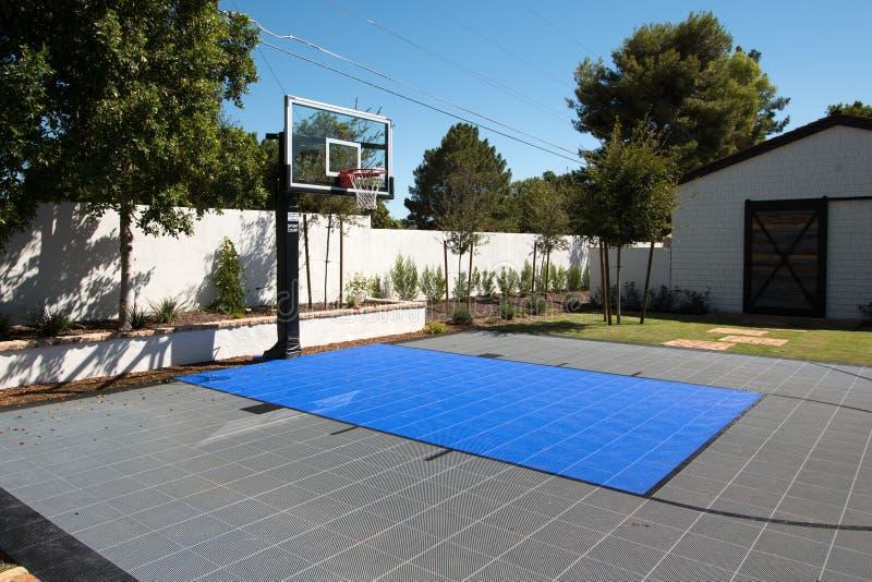 Terrain de basket extérieur de manoir luxueux de station de vacances photographie stock libre de droits